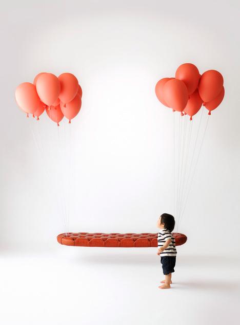 風船の力で空を飛んでいるようにみえるベンチ3