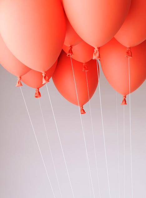 風船の力で空を飛んでいるようにみえるベンチ4