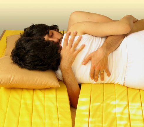 愛する人を抱きながら眠ることが出来るマットレス「The Love Mattress」2