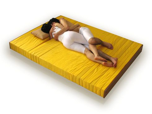 愛する人を抱きながら眠ることが出来るマットレス「The Love Mattress」3