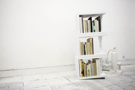 4度の傾斜がついているため端の本を倒さずに陳列できる本棚6