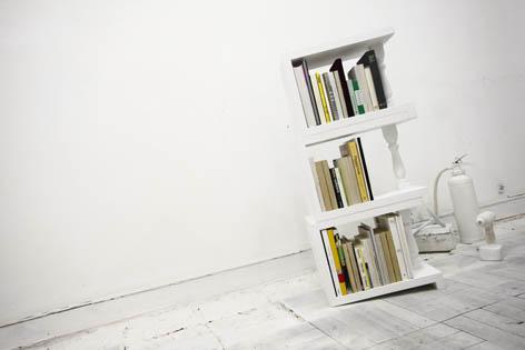 4度の傾斜がついているため端の本を倒さずに陳列できる本棚
