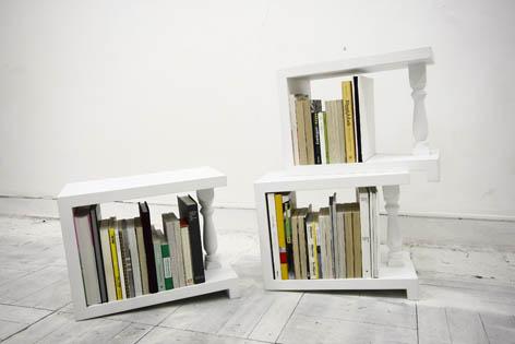 4度の傾斜がついているため端の本を倒さずに陳列できる本棚2