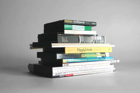 積まれた本のシルエットがそのまま形になったブックエンド3