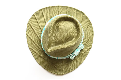 帽子のツバが団扇のカタチになっている麦わら帽子4