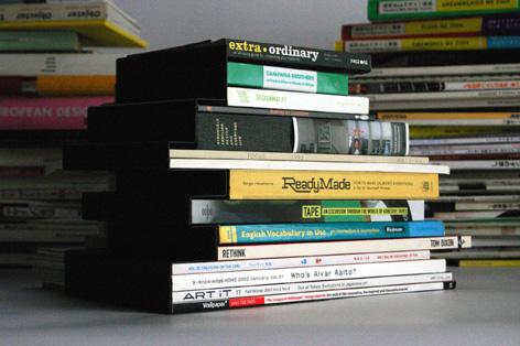 積まれた本のシルエットがそのまま形になったブックエンド4