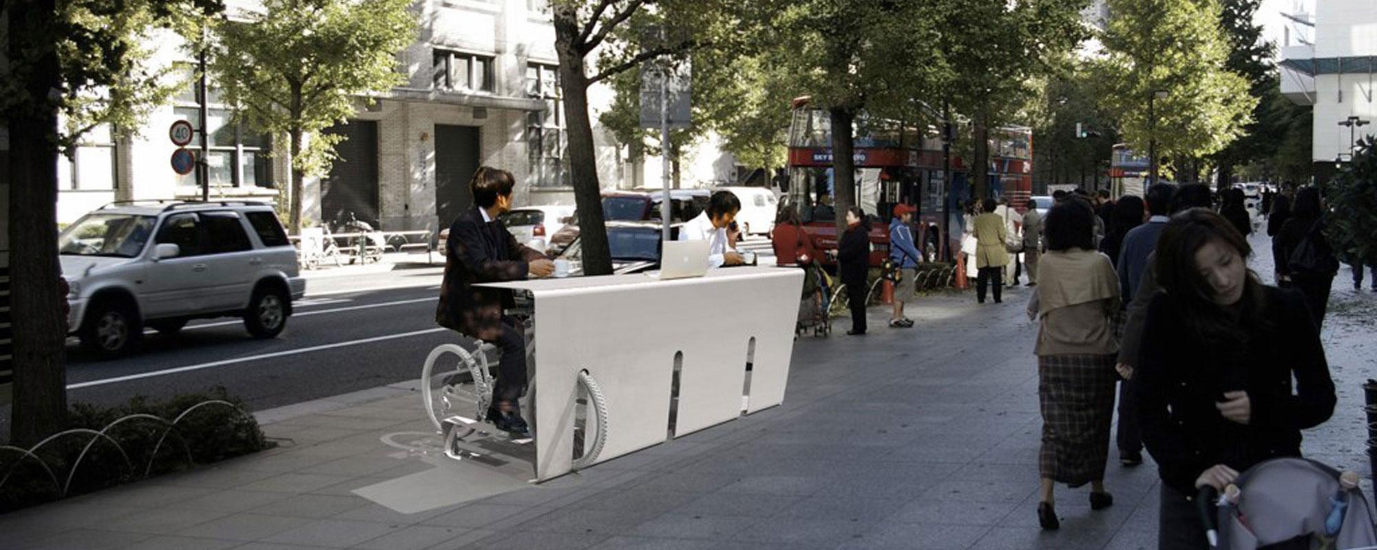 収納した自転車のサドルがそのまま椅子になる机