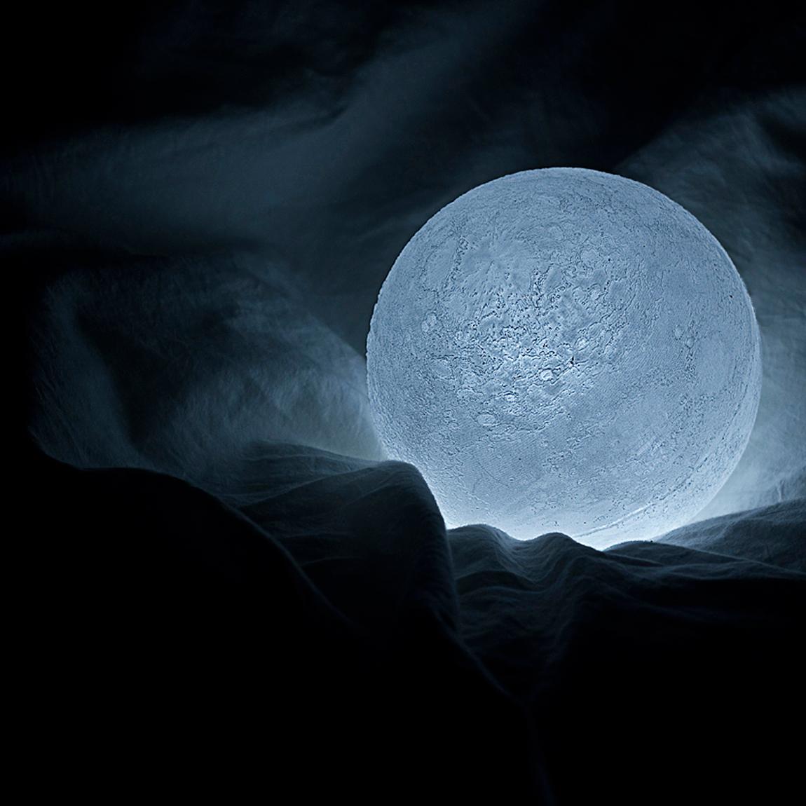 本物の月のようにさえみえる、リアルな月の照明2
