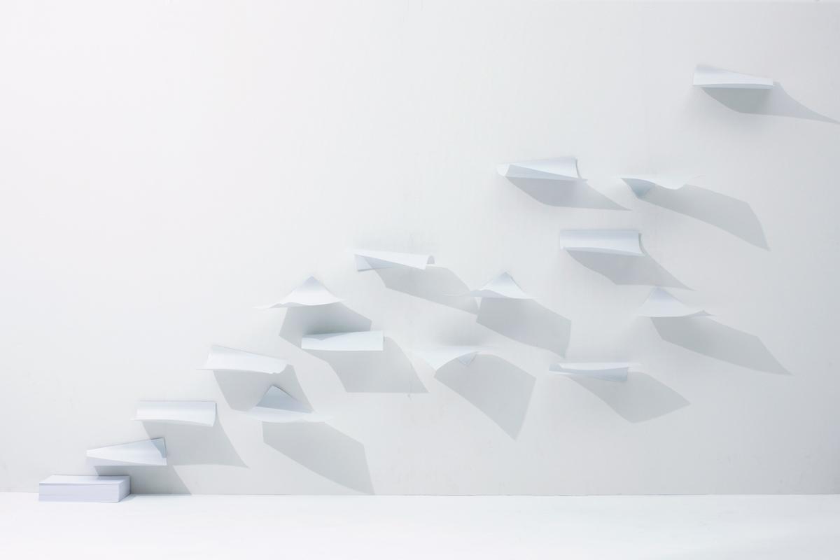 風で舞い上がる紙をモチーフにした壁掛け棚2