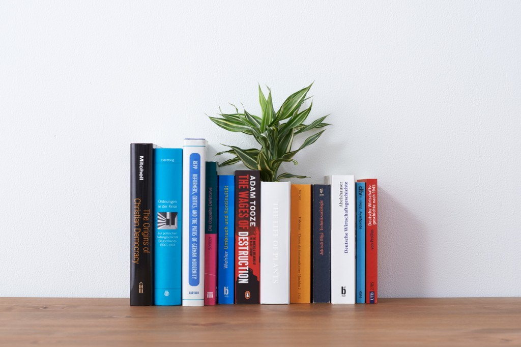 """本の形をした植木鉢""""THE LIFE OF PLANTS"""""""
