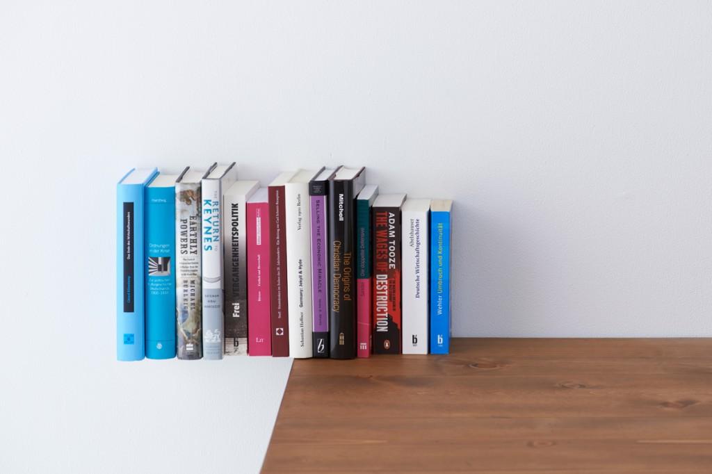 ちゅうに浮いているかのようにみえる本棚3