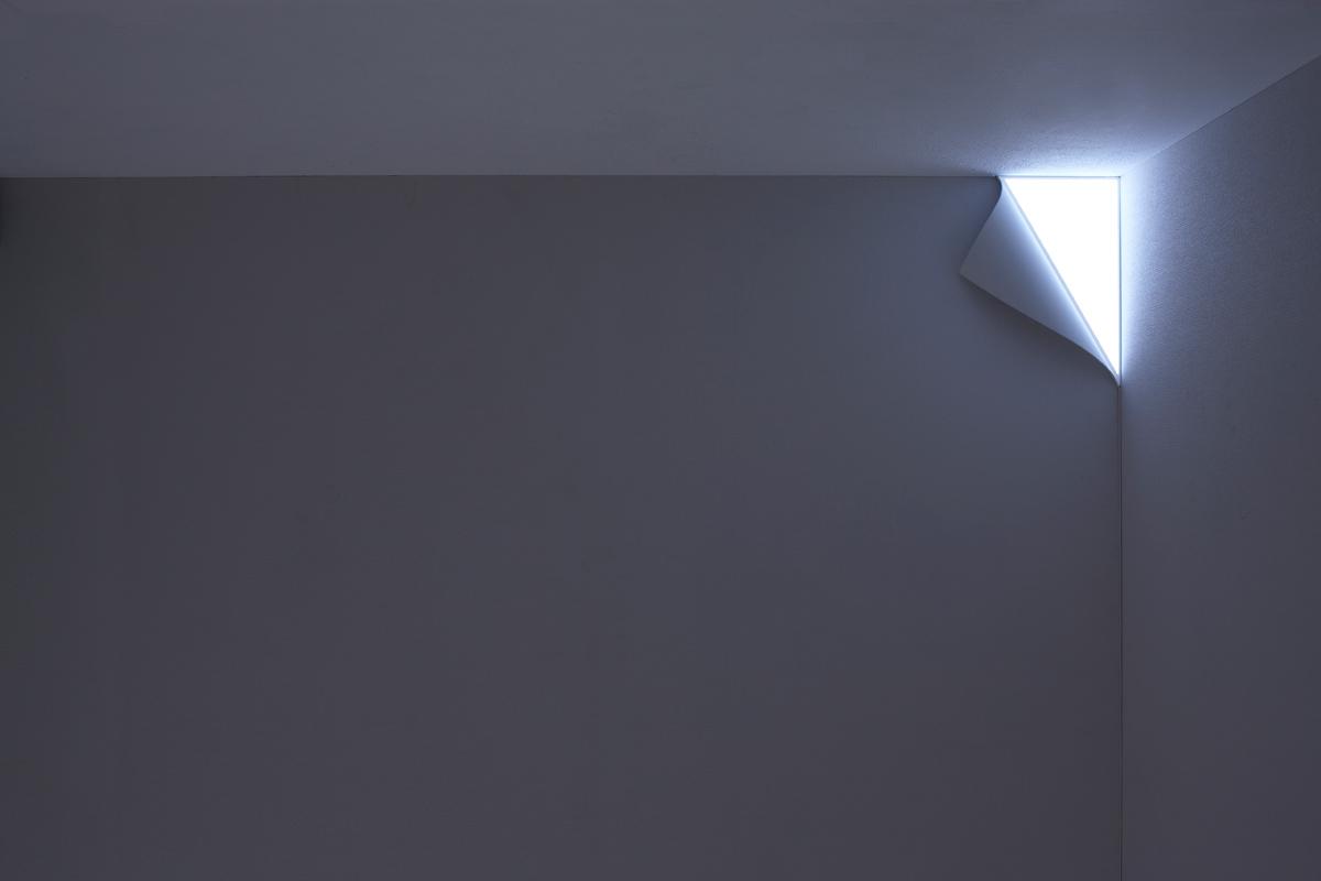 壁の端がはがれ、光が漏れだしているかのようにみえる照明2