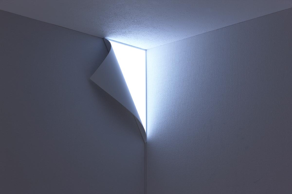 壁の端がはがれ、光が漏れだしているかのようにみえる照明3