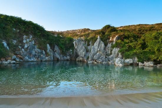Gulpiyuri-Beach4-550x367