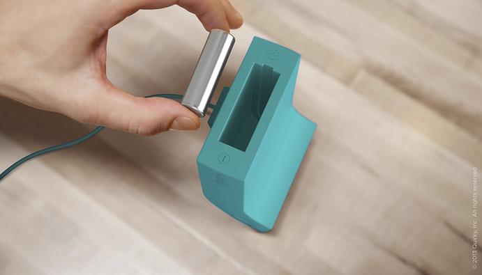 上から電池を入れ、電池が充電されると下から自動でコロッと出てくるスタイリッシュな充電器「Powerchute」2