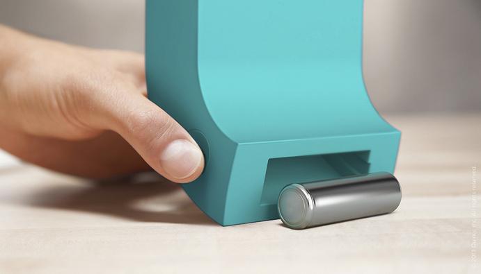 上から電池を入れ、電池が充電されると下から自動でコロッと出てくるスタイリッシュな充電器「Powerchute」3