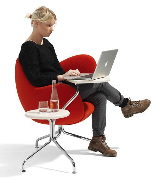 パソコンと飲み物を別々に置くことが出来るサイドテーブルがついているソファー。