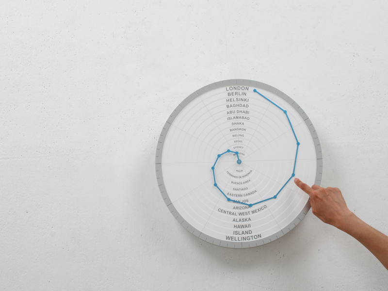 世界中の時間がわかる時計「Bent Hands : wall clock showing world times at the same time.」