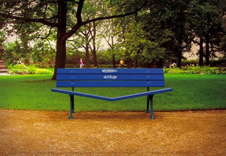 ベンチを使ったクリエイティブな広告2