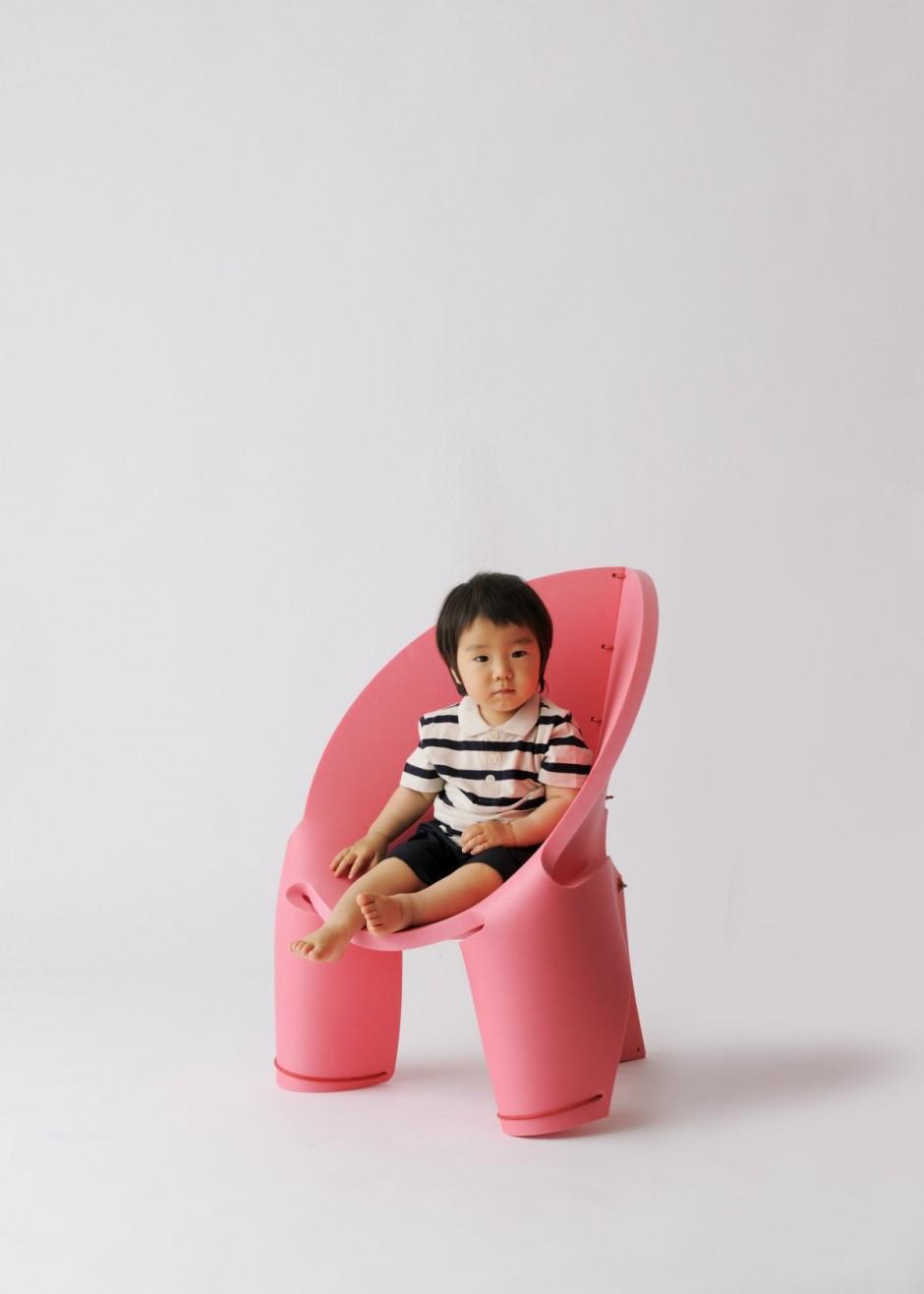 平面上の一枚の板を丸めてヒモで留めるだけで生まれるクリエイティブな椅子「EVA Chair For Kids」2