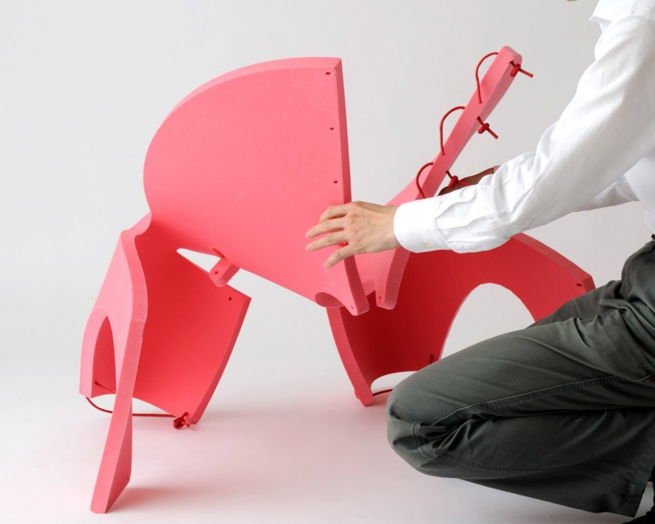平面上の一枚の板を丸めてヒモで留めるだけで生まれるクリエイティブな椅子「EVA Chair For Kids」4