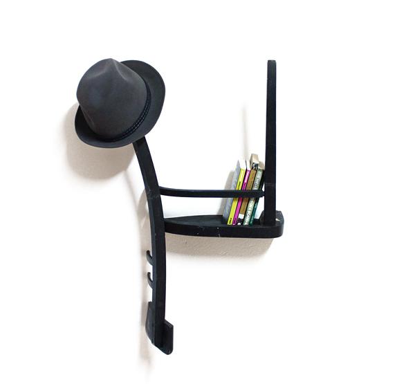 椅子を半分にして逆さまにしたハンガー1/2=1(Half = One)1
