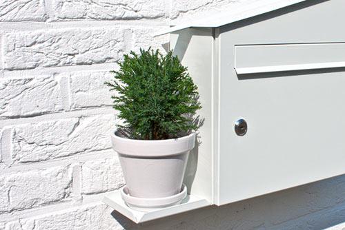 屋根をつたって水が入る植木鉢置き台がついている郵便受け「GREEN MAILBOX」3