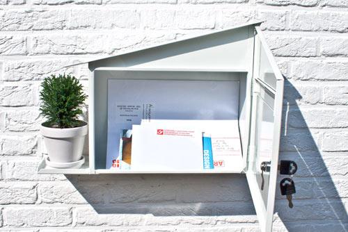 屋根をつたって水が入る植木鉢置き台がついている郵便受け「GREEN MAILBOX」5