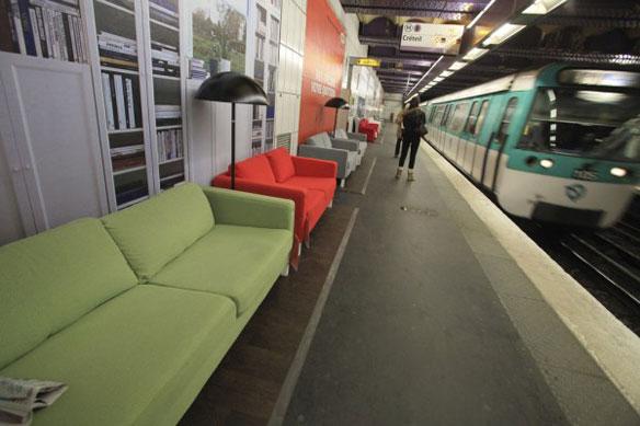 【世界の広告】フランス、パリの地下鉄内のベンチがIKEAのソファーになったIKEAの広告。1