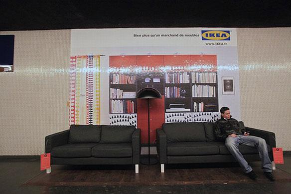 【世界の広告】フランス、パリの地下鉄内のベンチがIKEAのソファーになったIKEAの広告。3