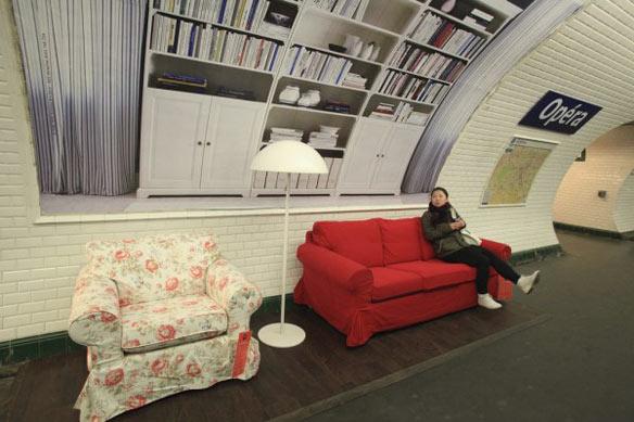 【世界の広告】フランス、パリの地下鉄内のベンチがIKEAのソファーになったIKEAの広告。2