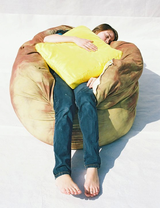 ピザの寝袋や、ゆっくりと沈み込むジャガバターのソファー、さらにワッフルのクッションまで。2