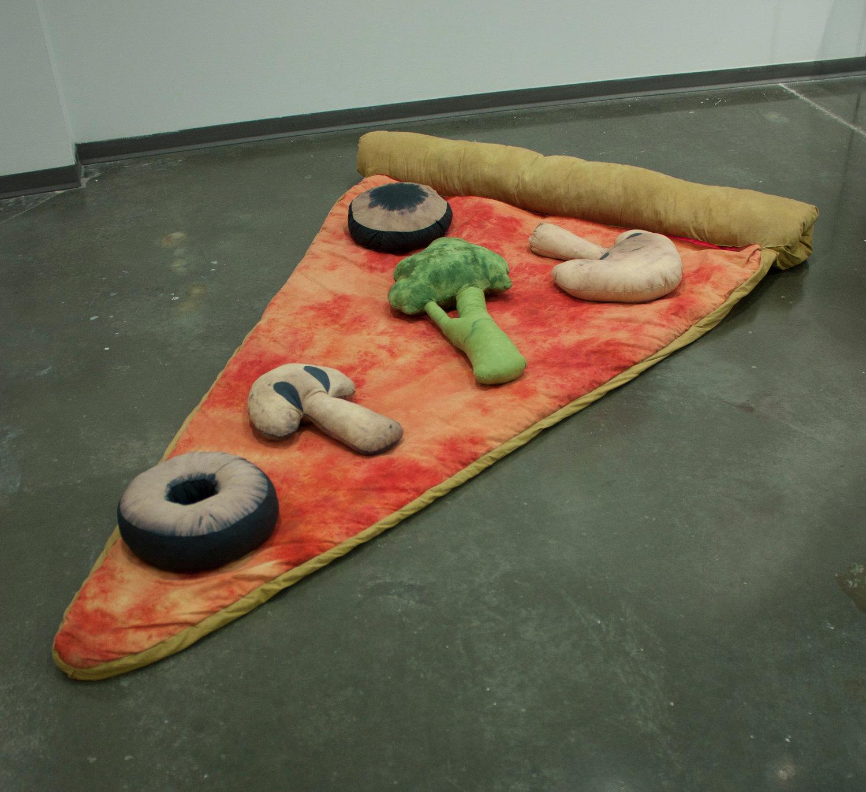 ピザの寝袋や、ゆっくりと沈み込むジャガバターのソファー、さらにワッフルのクッションまで。1