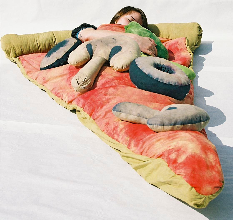 ピザの寝袋や、ゆっくりと沈み込むジャガバターのソファー、さらにワッフルのクッションまで。3