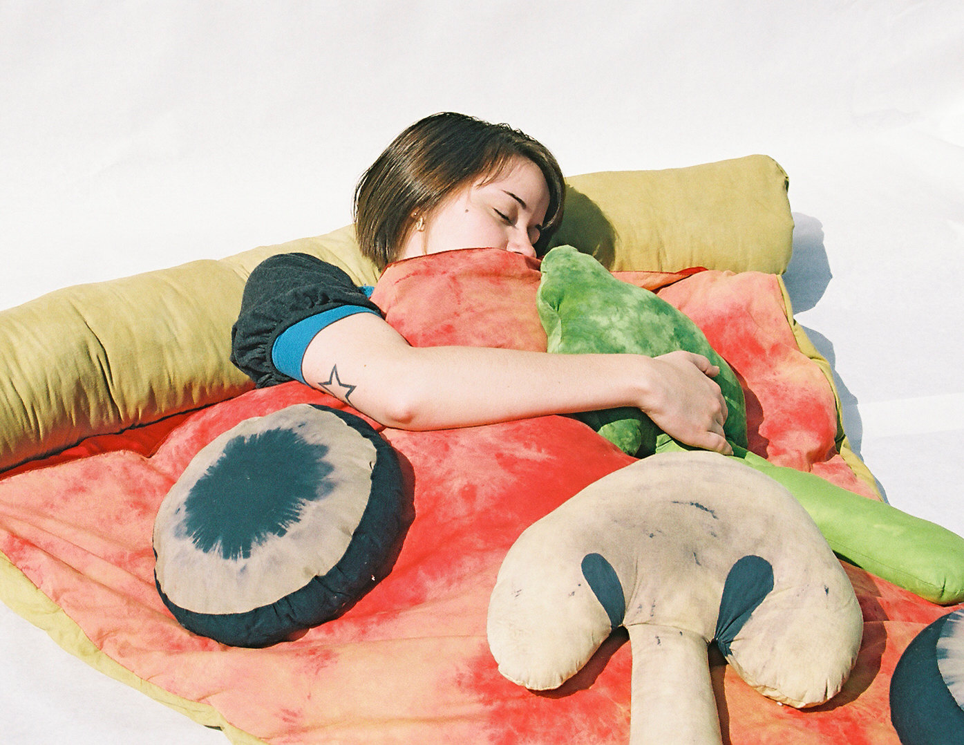 ピザの寝袋や、ゆっくりと沈み込むジャガバターのソファー、さらにワッフルのクッションまで。4