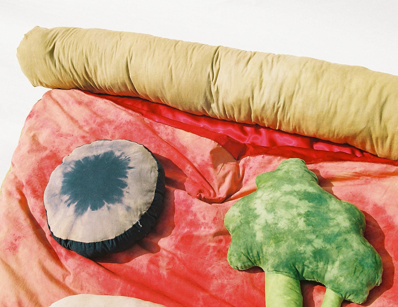 ピザの寝袋や、ゆっくりと沈み込むジャガバターのソファー、さらにワッフルのクッションまで。5