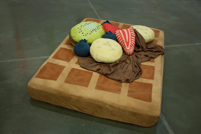 ピザの寝袋や、ゆっくりと沈み込むジャガバターのソファー、さらにワッフルのクッションまで。8