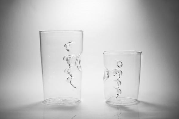 グラスの中に手を入れるグラス