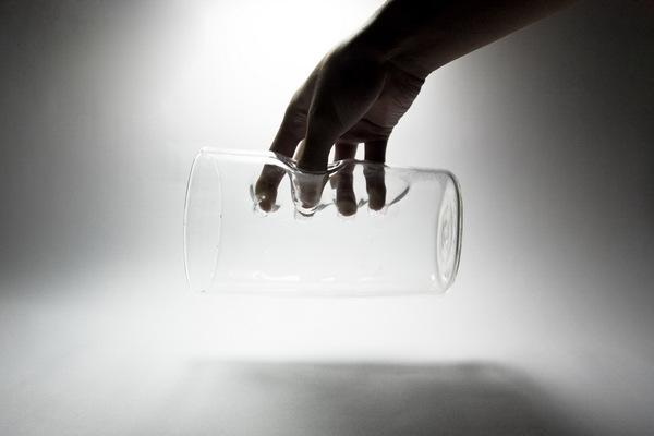 グラスの中に手を入れるグラス2