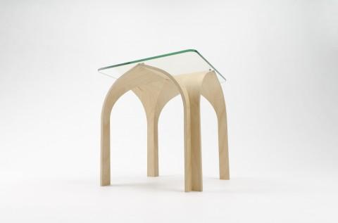 ゴシック様式の建築構造から発想を得て生まれたローテーブルCATHEDRAL