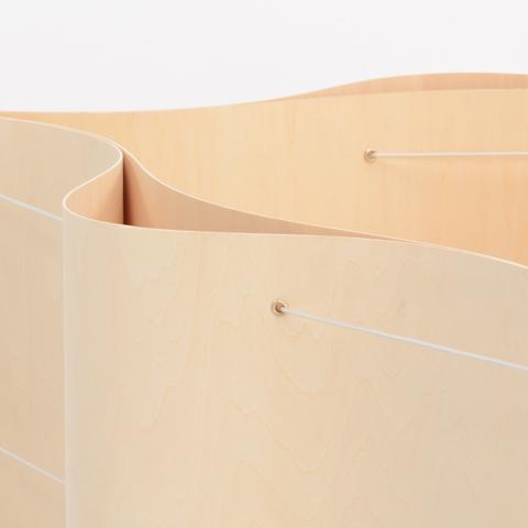 2枚の薄板が美しい線を描くローテーブル「CRIMP」