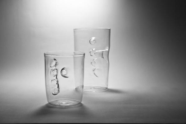 グラスの中に手を入れるグラス3