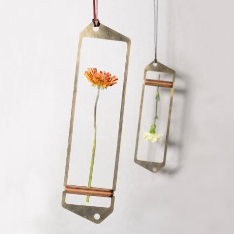 花を逆さまに吊るしゆっくりと乾燥させることでドライフラワーにすることができる花器「fadeless」