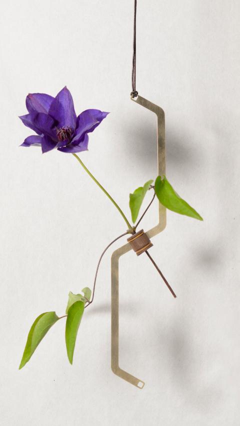 花を逆さまに吊るしゆっくりと乾燥させることでドライフラワーにすることができる花器「fadeless」6