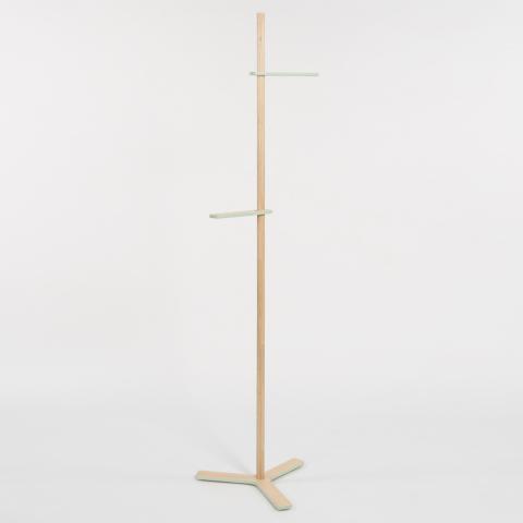 位置を自在に変えられるフックを使い、身長計のように家族で身長を測り、その高さに服をかけることができるコートラック「growth」