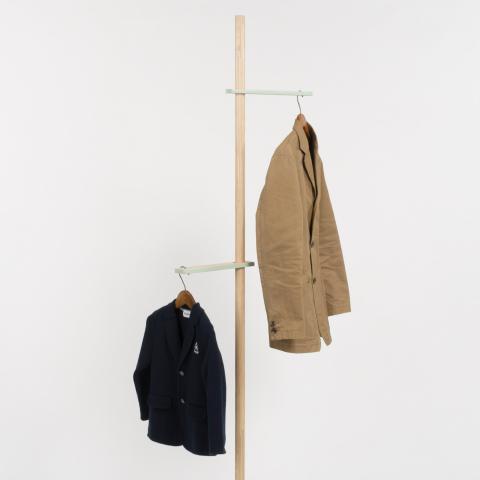 位置を自在に変えられるフックを使い、身長計のように家族で身長を測り、その高さに服をかけることができるコートラック「growth」3