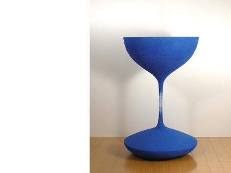 砂時計の中の流れる砂が静止したまま取り出され、空間に固定されたコーヒーテーブル「moment」2