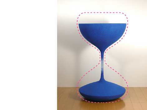砂時計の中の流れる砂が静止したまま取り出され、空間に固定されたコーヒーテーブル「moment」