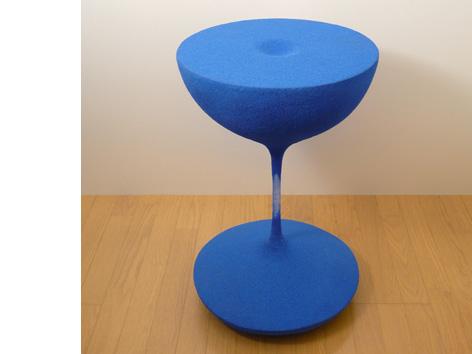 砂時計の中の流れる砂が静止したまま取り出され、空間に固定されたコーヒーテーブル「moment」3