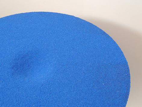砂時計の中の流れる砂が静止したまま取り出され、空間に固定されたコーヒーテーブル「moment」4